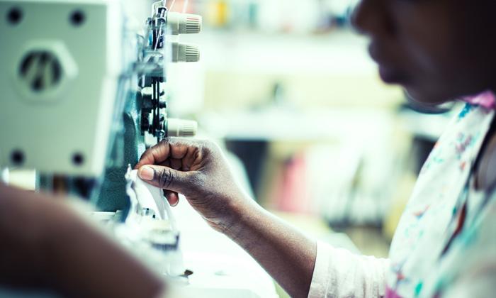 Treballadora del taller Dona Kolors